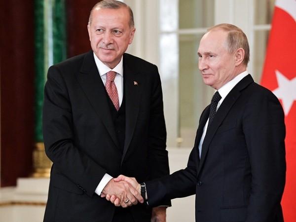 Tổng thống Nga Vladimir Putin (phải) và Tổng thống Thổ Nhĩ Kỳ Tayyip Erdogan
