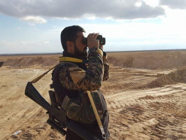 Một binh sĩ của SAA ở sa mạc Al-Mayadeen