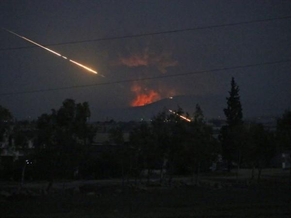 Khói lửa bốc lên trong một cuộc không kích của Israel nhằm vào cơ sở của Iran ở Syria
