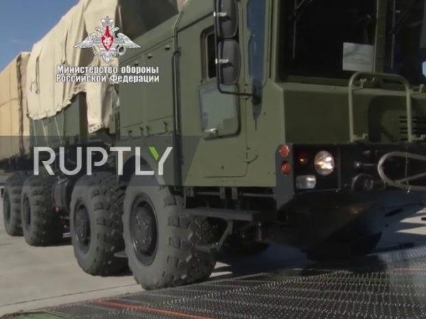 Các thành phần của hệ thống S-400 được đưa lên máy bay vận tải quân sự của Nga, ngày 15-9-2019