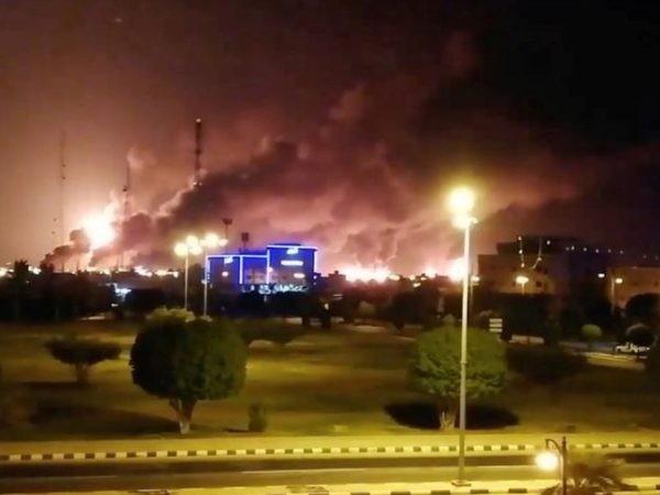 Khói lửa mù mịt sau khi một nhà máy của Tập đoàn dầu khí nhà nước Saudi Arabia Aramco bị tấn công ngày 14-9 2019