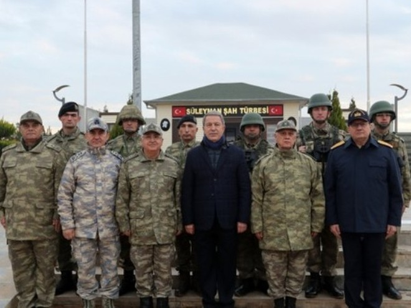 Bộ trưởng Quốc phòng Hulusi Akar chụp ảnh cùng một đơn vị thuộc lực lượng vũ trang Thổ Nhĩ Kỳ