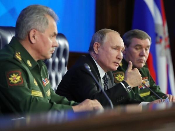 Tổng thống Nga Vladimir Putin (giữa) tại cuộc họp của Ủy ban Bộ Quốc phòng Nga, ngày 24-12-2019