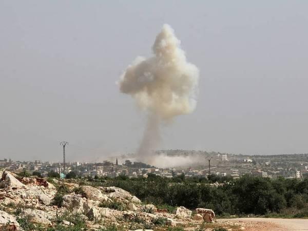 Khói bốc cao sau một cuộc pháo kích ở Idlib, Syria
