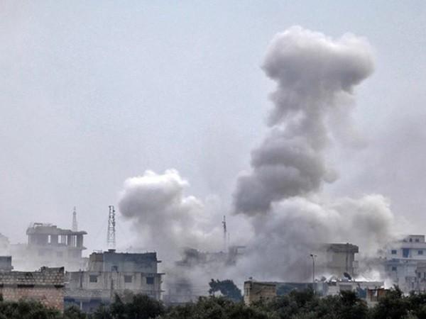 Khói bốc lên sau một cuộc tấn công đáp trả nhau giữa quân đội Syria và phiến quân được Thổ Nhĩ Kỳ hậu thuẫn ở Idlib, ngày 4-2-2020