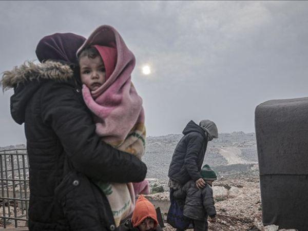 Một gia đình ở Idlib, Syria phải đi lánh nạn do các cuộc chiến khốc liệt xảy ra trong khu vực