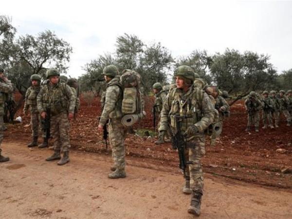 Binh sĩ Thổ Nhĩ Kỳ tập trung tại làng Qaminas, ở Idlib, Tây Bắc Syria