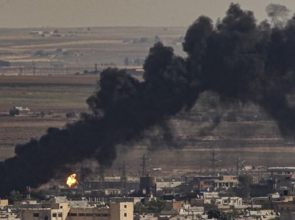 Khói đen bốc cao sau một cuộc pháo kích của phiến quân ở Idlib, Syria