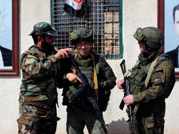Lính Nga và Syria gần trạm kiểm soát Wafideen, Damascus