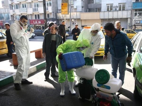 Nhân viên y tế Iran chuẩn bị dung dịch để phun diệt khuẩn một khu vực ở thủ đô Tehran