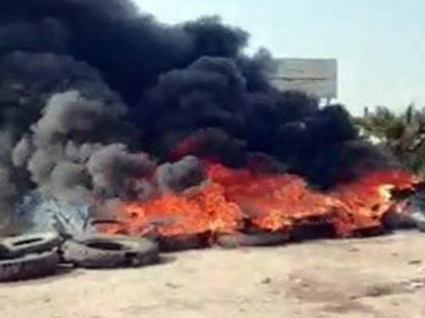 Phiến quân chặn đường bằng những lốp xe đang cháy