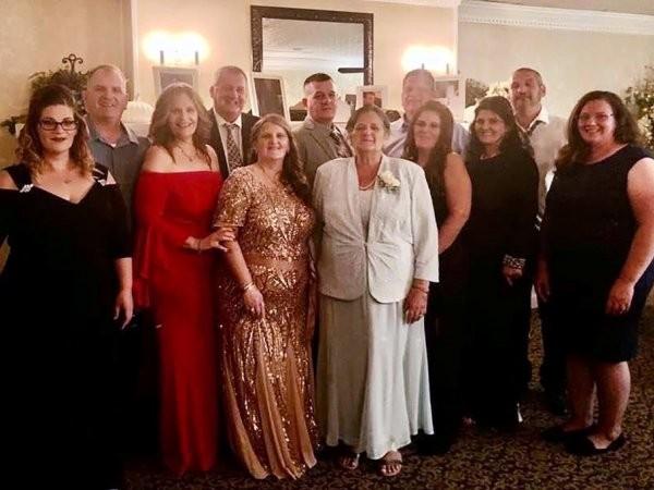 Bà Grace Fusco (đứng giữa, áo trắng) chụp ảnh cùng 11 người con