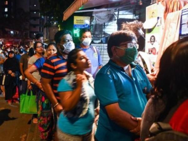Người dân tại Mumbai xếp hàng chờ mua nhu yếu phẩm sau thông báo phong tỏa toàn quốc của Thủ tướng Modi