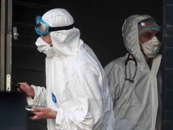 Các y bác sĩ Cuba trong trang phục y tế sẵn sàng cứu chữa bệnh nhân nhiễm Covid-19