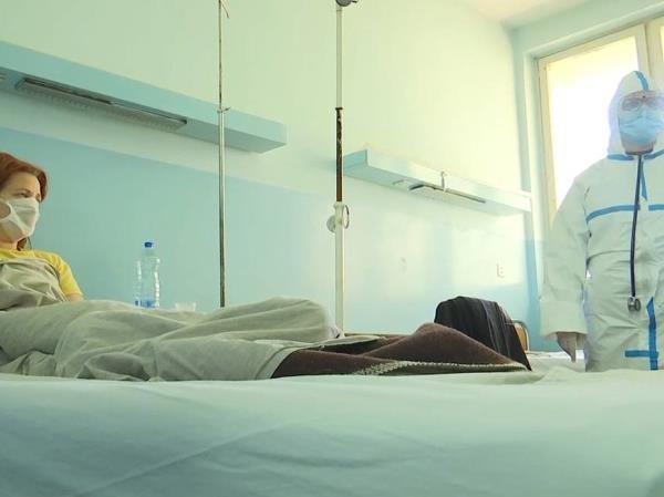 Bác sĩ Nga thăm một bệnh nhân mắc Covid-19 ở Serbia, ngày 10-4-2020