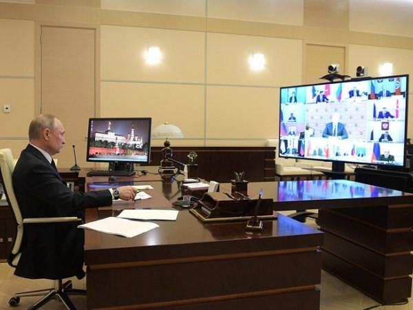 Tổng thống Nga Vladimir Putin tại cuộc họp trực tuyến về tình hình dịch Covid-19, ngày 13-4-2020