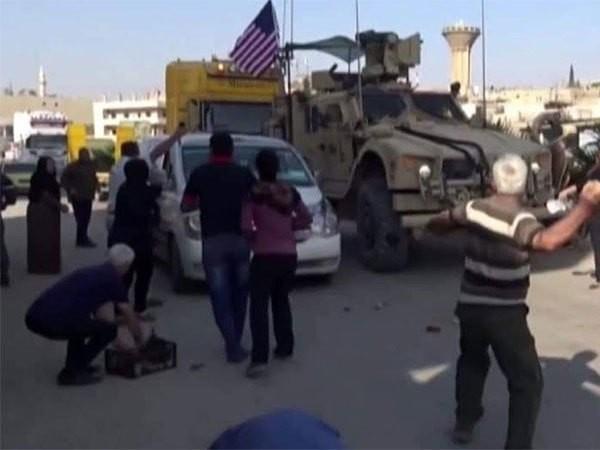 """Binh sĩ Mỹ hứng """"mưa gạch đá"""" từ người dân Syria ảnh 1"""