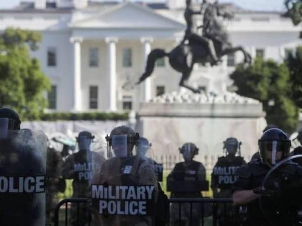 Cảnh sát được triển khai nhằm ngăn người biểu tình phản đối nạn phân biệt chủng tộc, tại Washington D.C., Mỹ, ngày 1-6-2020