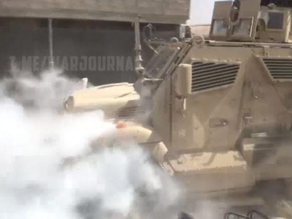 Đầu xe quân sự Mỹ bốc khói khi cố vượt qua chốt quân cảnh Nga ở Đông Bắc Syria, ngày 11-6-2020