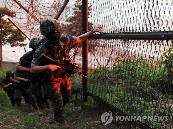 Lính thủy quân lục chiến Hàn Quốc tuần tra một khu vực ở biên giới liên Triều, ngày 16-6-2020