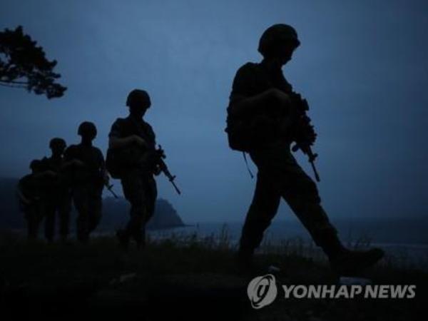 Lính thủy quân lục chiến Hàn Quốc đang đi tuần tra dọc biên giới liên Triều, ngày 17-6-2020