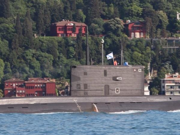 Tàu ngầm Rostov-na-Donu của Nga mang theo tên lửa hành trình Kalibr được nhìn thấy tiến vào Đông Địa Trung Hải, ngày 23-6-2020