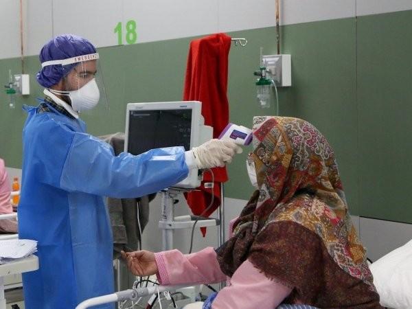 Một người phụ nữ Iran mắc bệnh Covid-19 đang được điều trị tại một bệnh viện ở thủ đô Tehran