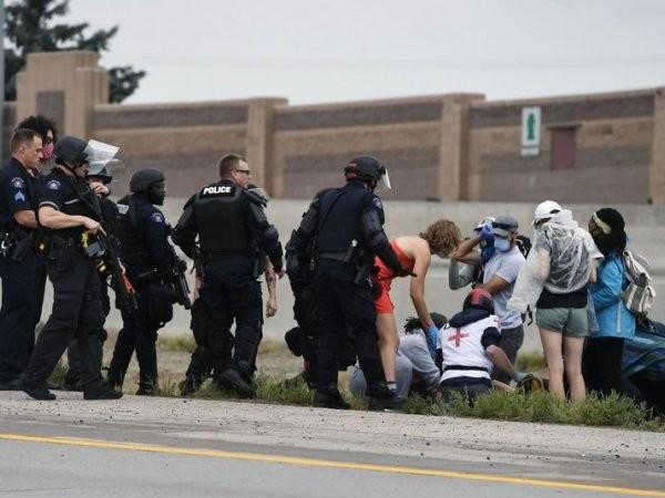 Nhân viên y tế ở Austin có mặt tại hiện trường vụ tài xế lái xe đâm vào người biểu tình, ngày 26-7-2020
