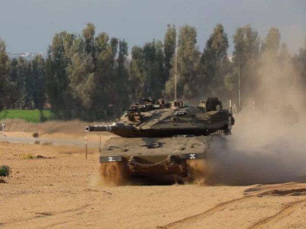 Xe tăng Israel đâm qua hàng rào biên giới tiến vào lãnh thổ Lebanon ảnh 1