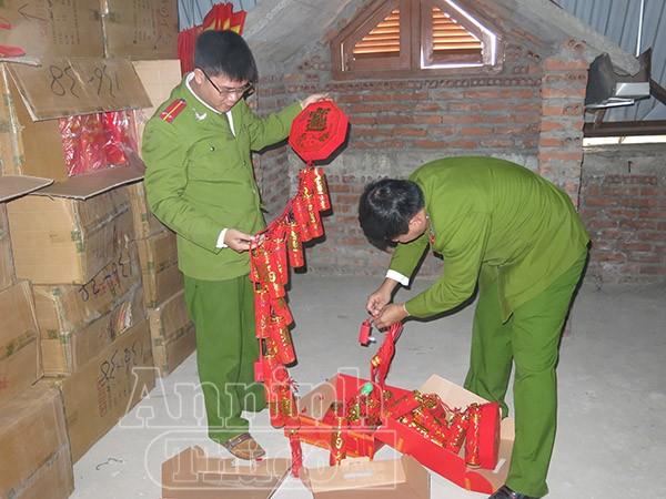 Lực lượng chức năng kiểm tra lô pháo điện Loại pháo điện này có điều khiển phát nổ từ xa