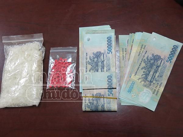 Hai gói ma túy và số tiền khoảng 30 triệu đồng được tìm thấy trong túi xách của đối tượng Đào Minh Kế