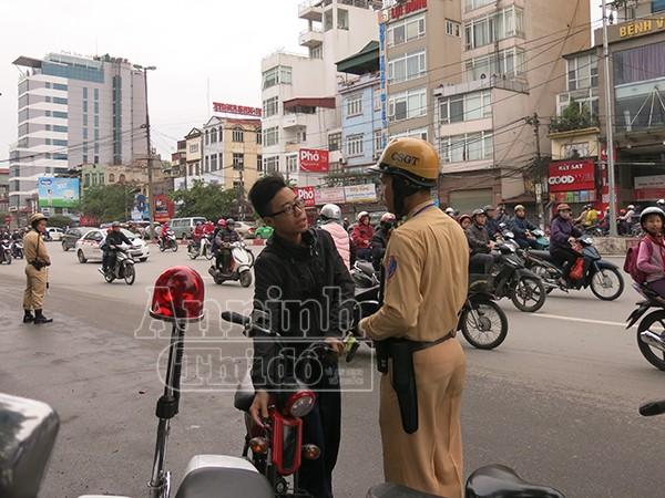 Không đội mũ bảo hiểm: Vi phạm chủ yếu là học sinh đi xe đạp điện ảnh 6