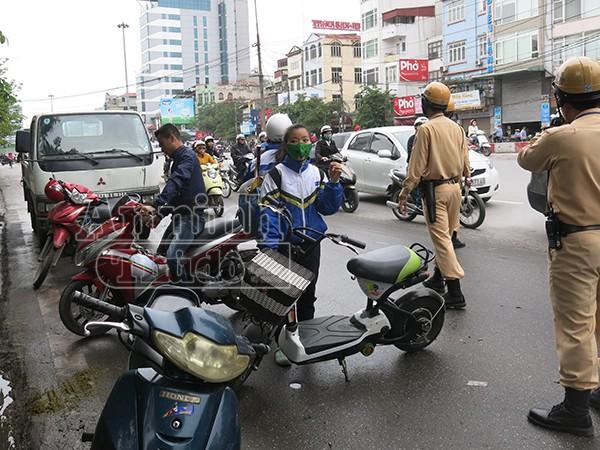 Không đội mũ bảo hiểm: Vi phạm chủ yếu là học sinh đi xe đạp điện ảnh 3