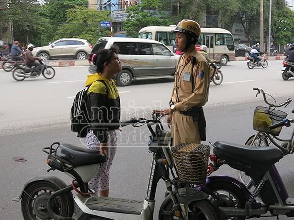 Không đội mũ bảo hiểm: Vi phạm chủ yếu là học sinh đi xe đạp điện ảnh 4