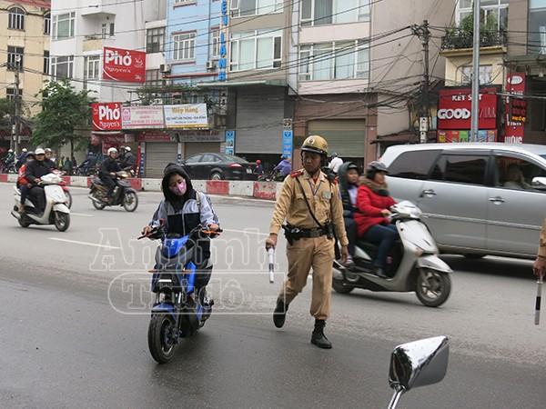 Không đội mũ bảo hiểm: Vi phạm chủ yếu là học sinh đi xe đạp điện ảnh 2