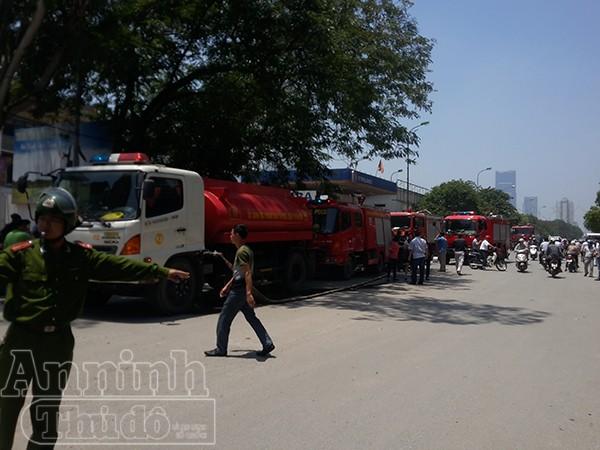 Lực lượng chức năng có mặt kịp thời phân luồng giao thông, phục vụ cho công tác chữa cháy
