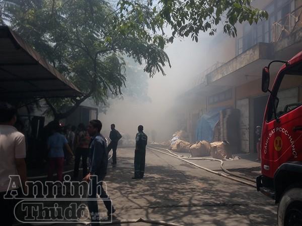 Hiện trường vụ hỏa hoạn, khói bốc nghi ngút