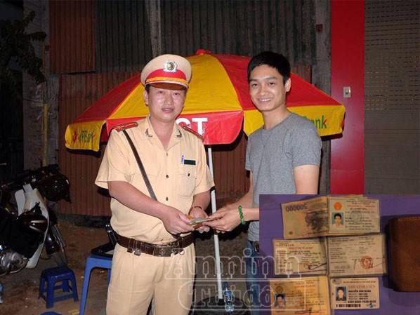 Anh Quân vui mừng nhận lại chiếc ví sau một tuần bị mất, từ tay Thượng úy Thanh