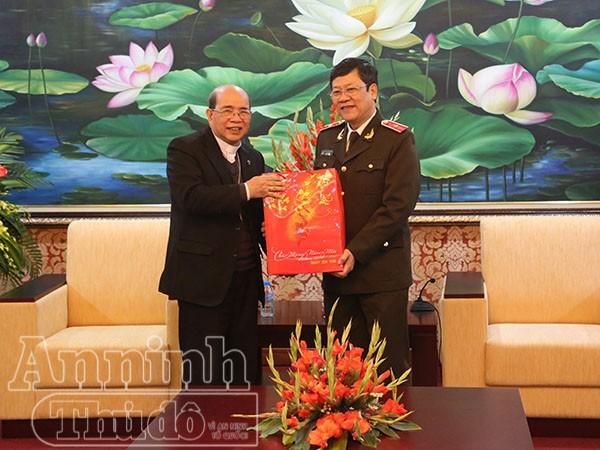Thiếu tướng Bạch Thành Định thay mặt nhận quà chúc Tết từ ngài Giám mục Vũ Tất