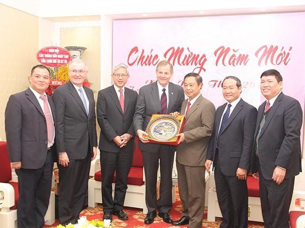 Thứ trưởng Bộ Công an Việt Nam Phạm Dũng (thứ 3 từ phải sang) tặng quà lưu niệm cho đoàn Giáo hội các Thánh hữu Ngày sau chúa Giêsu Kitô