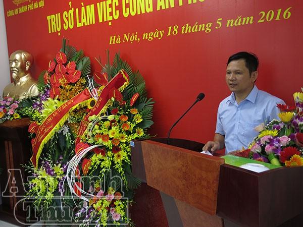 Ông Vũ Đại Phong - Phó Bí thư Quận ủy, Chủ tịch UBND quận Hai Bà Trưng chúc mừng CBCS Công an phường Phố Huế có trụ sở mới