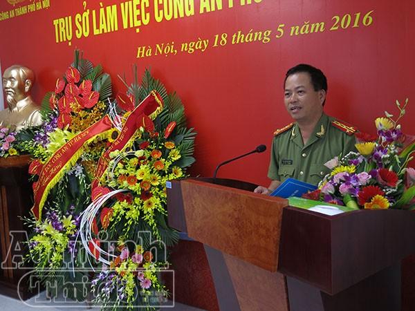 Đại tá Đoàn Ngọc Hùng – Phó Giám đốc CATP Hà Nội chúc mừng Công an phường Phố Huế