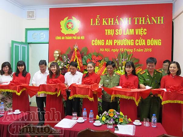 Nguyên Thứ trưởng BCA Trần Việt Tân, Giám đốc CATP Đoàn Duy Khương cùng lãnh đạo quận Hoàn Kiếm, đại diện đơn vị thi công cắt băng khánh thành trụ sở CAP Cửa Đông