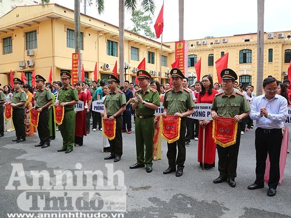 Các đội thi nhận cờ lưu niệm từ Ban tổ chức