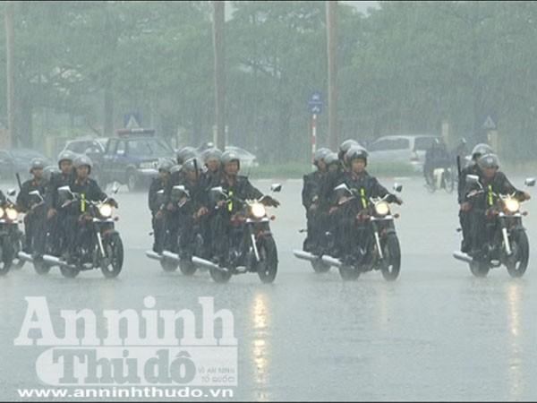 Trung đoàn Cảnh sát cơ động tổng duyệt dưới cơn mưa tầm tã ảnh 3