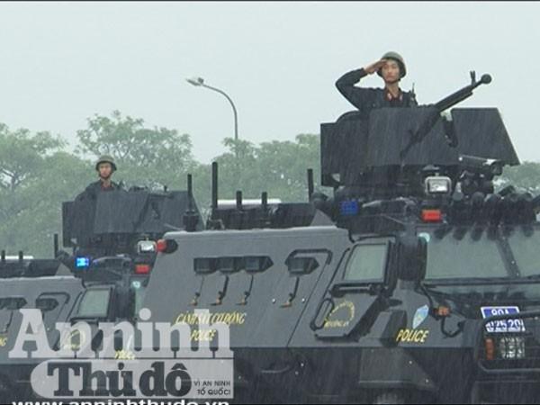 Trung đoàn Cảnh sát cơ động tổng duyệt dưới cơn mưa tầm tã ảnh 4