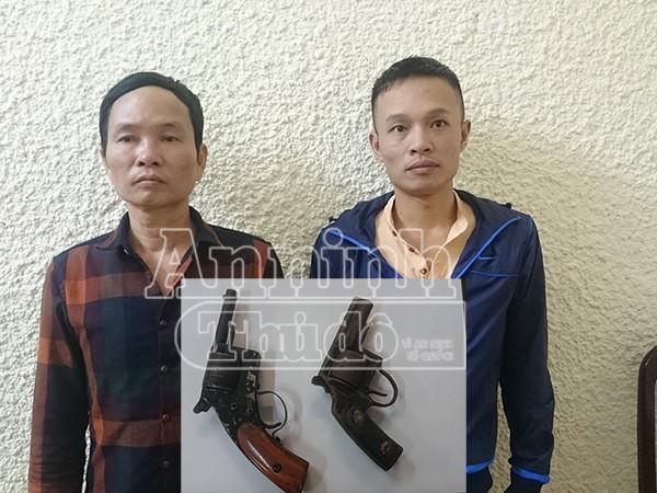 Đối tượng Phong (trái) và Sinh (phải) cùng hai khẩu súng