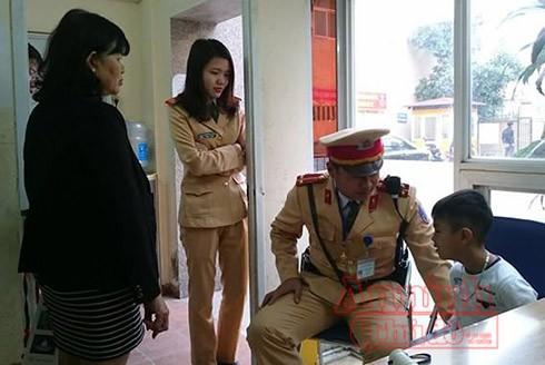 Gia đình đã đến nhận lại cháu và rất xúc động trước sự quan tâm của CBCS đội CSGT số 3 - CATP Hà Nội