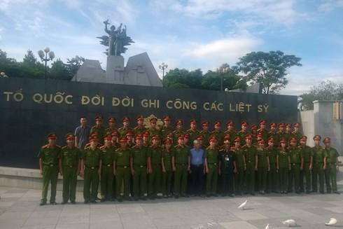 CBCS Phòng CSHS - CATP Hà Nội chụp ảnh lưu niệm tại nghĩa trang Đường 9