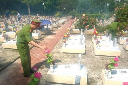 Đại tá Dương Văn Giáp - Trưởng Phòng CSHS - CATP Hà Nội thành kính thắp hương trước anh linh các liệt sỹ